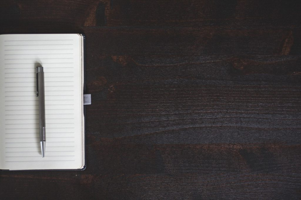 ordinateur portable, stylo, table